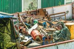 Déchets, chute et déchets dans un récipient sale laid de déchets sur un bateau plus navigable dans le port photographie stock libre de droits
