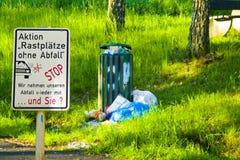 Déchets déposés à un arrêt de repos dans Hesse, Allemagne Avec le signe photo stock
