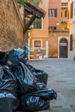 Déchets dans des sachets en plastique se trouvant sur la rue Photos stock