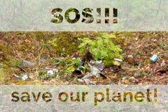 Déchets dans la forêt, l'inscription SOS et sauver notre planète, concept écologique photos stock