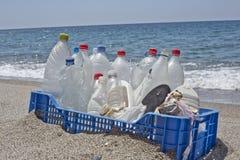 Déchets dans la plage, plastique photographie stock