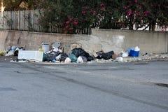 Déchets dans les rues de l'Italie image stock
