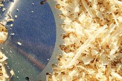 Déchets de bois, puces et lame de scies circulaire Peut être employé comme fond Image stock
