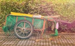 Déchets de chariot en parc Photos stock