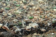 Déchets de décharge de déchets avec les bouteilles cassées images stock