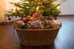 Déchets de empaquetage sous l'arbre de Noël photographie stock libre de droits