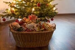 Déchets de empaquetage sous l'arbre de Noël photos stock