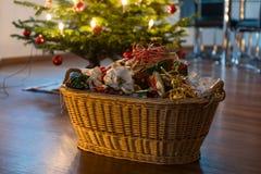Déchets de empaquetage sous l'arbre de Noël photo libre de droits