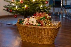 Déchets de empaquetage sous l'arbre de Noël photo stock