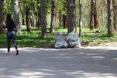 Déchets de déchets en parc complètement de toute la sorte de déchets Pollution en plastique sur l'environnement Sachets en plasti images stock