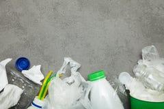 Déchets de ménage assortissant et réutilisant, concept d'écologie Copiez l'espace photographie stock