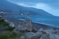 Déchets de ménage sur le rivage Marina di Patti sicily photo libre de droits