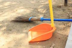 Déchets de pelle et bâton de balai Photo stock