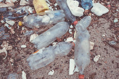 Déchets de plastique sur la plage images libres de droits