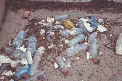 Déchets de plastique sur la plage image stock