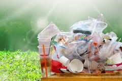 Déchets de sorts sur le fond de soleil de rivière de nature et espace de copie, déchets, décharge, déchets de plastique, pile des images stock
