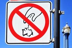 Déchets du signal interdit images stock
