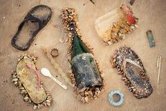 Déchets en mer affectant des espèces marines photos libres de droits