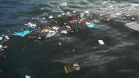 Déchets en plastique flottant sur la mer clips vidéos