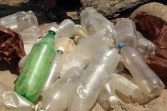 Déchets en plastique rassemblés en plage photo stock