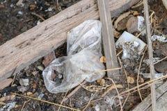 Déchets en plastique sur la surface Déchets dans l'environnement photographie stock libre de droits