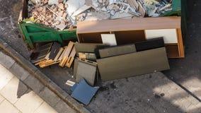 Déchets encombrants, déchets malpropres dans le récipient photos stock