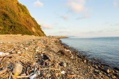 Déchets et déchets sur la plage photographie stock