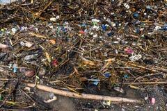Déchets et ordures ménagères polluant la plage photographie stock