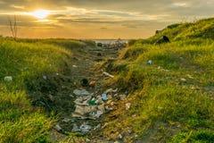 Déchets et déchets sur la côte près de l'océan image libre de droits