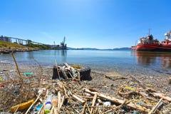 Déchets et déchets sur une plage photographie stock libre de droits