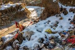 Déchets humains de ménage près de la crique congelée propre en cristal à l'hiver images libres de droits