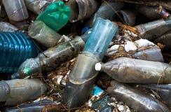 Déchets les bouteilles en plastique obsolètes Images stock