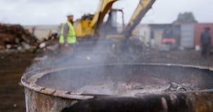 Déchets métalliques brûlant dans l'entrepôt de ferraille 4k clips vidéos
