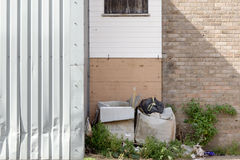 Déchets près d'une porte de garage image stock
