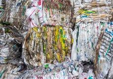 Déchets pressés pour une transformation plus ultérieure, le tri et le traitement des déchets, ordures photographie stock
