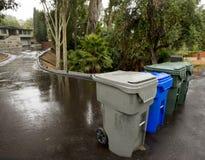 Déchets, réutilisation et poubelles vertes de feuille sur la rue Photographie stock libre de droits