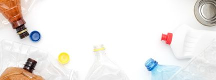 Déchets recyclables, ressources Nettoyez le plastique et le métal sur le fond blanc Copyspace pour le texte Réutilisant, réutilis photos stock