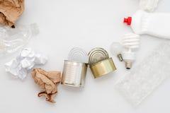 Déchets recyclables, ressources Nettoyez le verre, le papier, le plastique et le métal sur le fond blanc Copyspace pour le texte  images stock