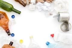Déchets recyclables, ressources Nettoyez le verre, le papier, le plastique et le métal sur le fond blanc Copyspace pour le texte  photo stock