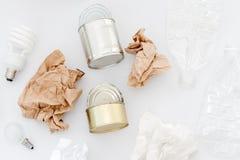 Déchets recyclables, ressources Nettoyez le verre, le papier, le plastique et le métal sur le fond blanc Réutilisant, réutilisati photos libres de droits