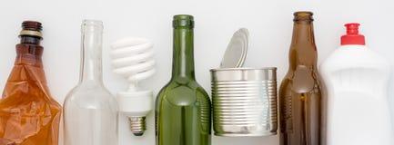 Déchets recyclables, ressources Nettoyez le verre, le papier, le plastique et le métal sur le fond blanc Réutilisant, réutilisati image libre de droits