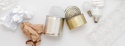 Déchets recyclables, ressources Nettoyez le verre, le papier, le plastique et le métal sur le fond blanc Réutilisant, réutilisati photo stock