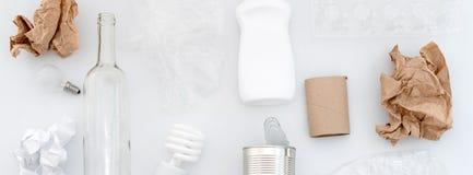 Déchets recyclables, ressources Nettoyez le verre, le papier, le plastique et le métal sur le fond blanc Réutilisation, réutilisa photographie stock libre de droits