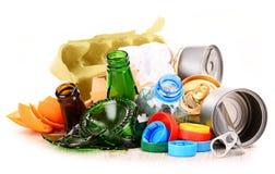 Déchets recyclables se composant du verre, du plastique, du métal et du papier images stock