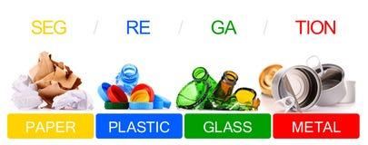 Déchets recyclables se composant du verre, du plastique, du métal et du papier photos libres de droits