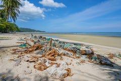 Déchets sales sur la plage, île de Samui, Thaïlande image stock