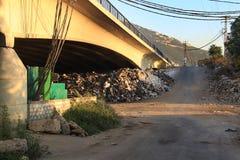 Déchets sous un pont, Liban Photographie stock libre de droits