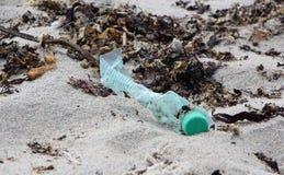 Déchets sur la plage image stock