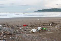 Déchets sur une plage après une tempête Images libres de droits