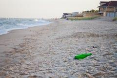 Déchets sur une pollution abandonnée de plage Images stock